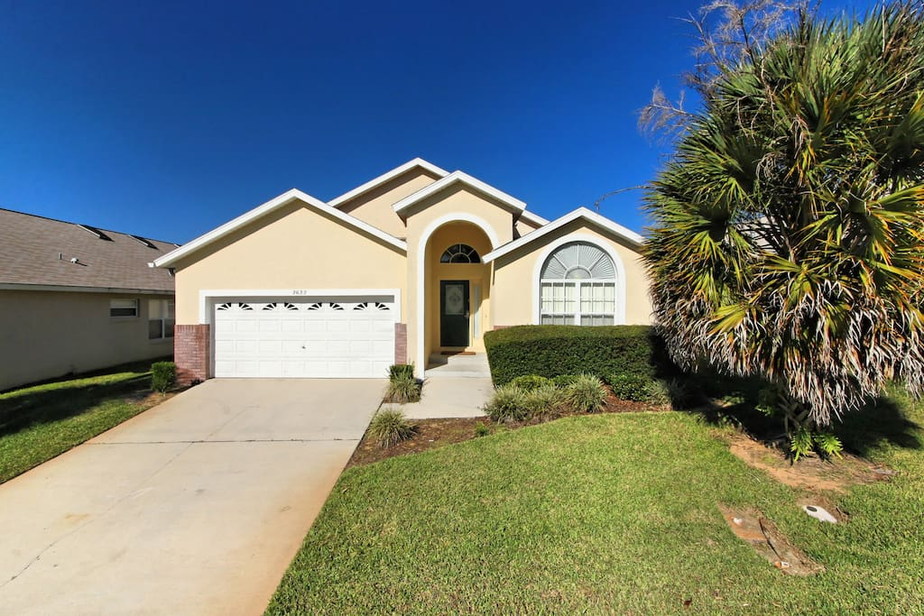 With 5 bedrooms and 4 bathrooms, this fully air-conditioned, elegant Orlando vacation home is perfect for family groups, sleeping up to 12 guests and is close to all the fun of Walt Disney World® Resort.