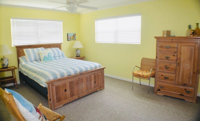 Spacious Main bedroom  with  Queen bed.