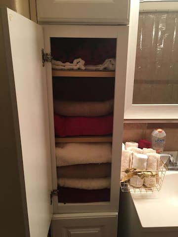 Bathroom supplied with towels and hair dryer