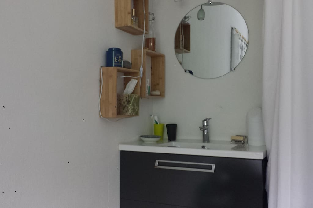 Un petit coin lavabo dans la chambre