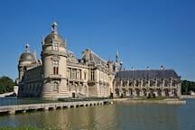 Le château de Chantilly, à 10 km (accessible aussi en train).
