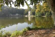 Les étangs de Commelles et le château de la Reine Blanche à Coye-la-Forêt, à 4 km.