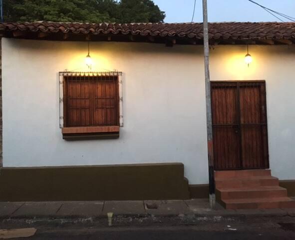 Casa Nueva Colonial Amueblada La Chepita - León