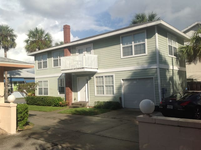 Cute 2 BR Steps From The Ocean! - Jacksonville Beach - Flat
