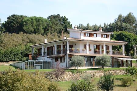 villa in mezzo al verde vicina a Roma e altro - Bassano Romano - Вилла