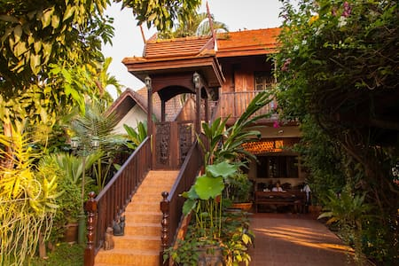 Golden Teak Home room 2 - Bed & Breakfast