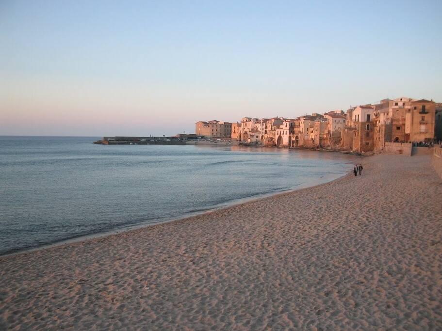 la spiaggia sabbiosa di Cefalù,a 10 minuti da casa