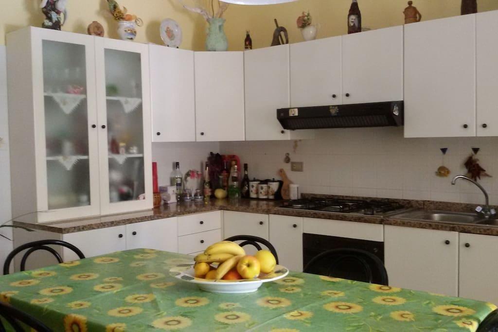 La grande e comoda cucina bianca.