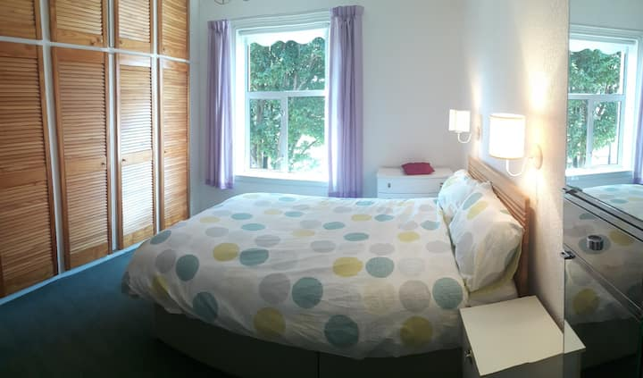 PRIVATE-large warm cosy room+ bathroom+kitchenette