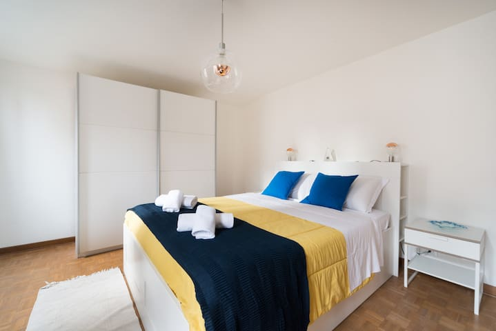 Spacious room with a double bed