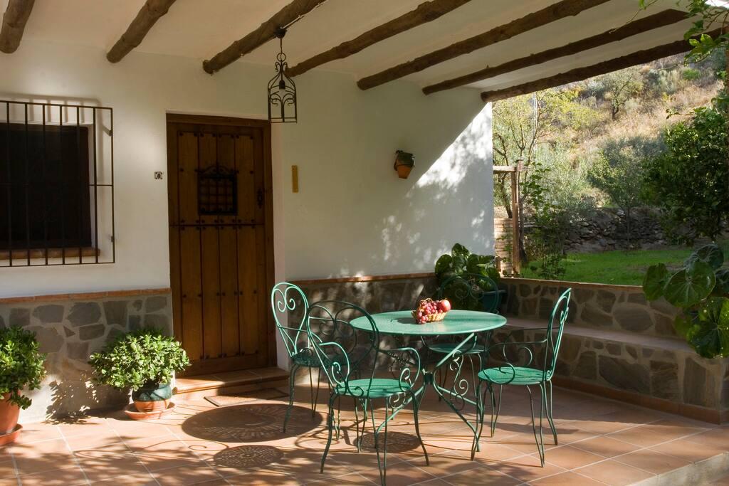 Agradable terraza exterior con mobiliario de jardín para disfrutar de una buena barbacoa.