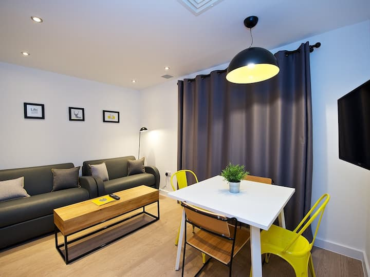 Stylish & Comfortable 2 bed apartment beside Piccadilly Station