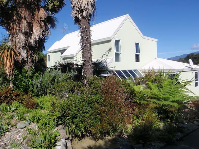 BEACH FRONT,Palms on-the-beach,SELF CONTAINED UNIT - Kaiteriteri - House
