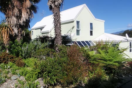 BEACH FRONT,Palms on-the-beach,SELF CONTAINED UNIT - Kaiteriteri