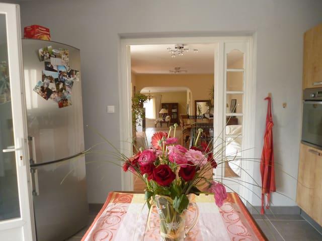 la cuisine/come in through the kitchen