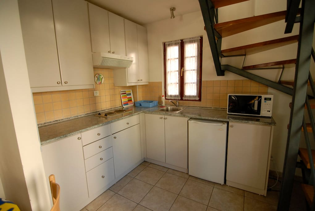 Kitchen with cooktop, Microwave, small fridge