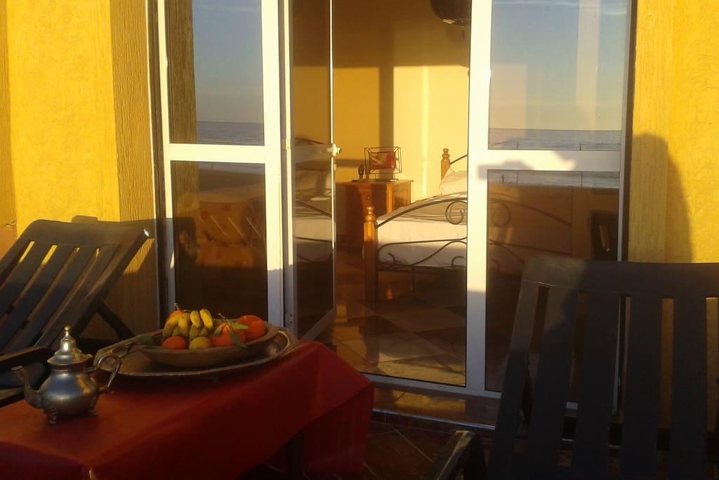 Chambre lit double avec terrasse privative. 2 transats