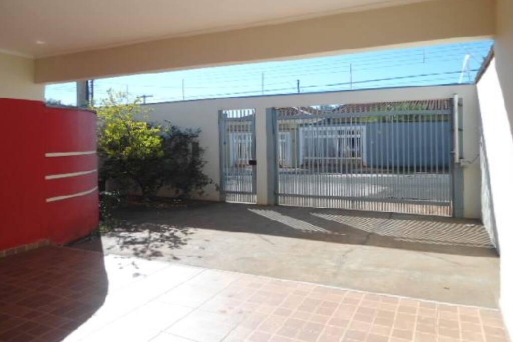 Garagem para 4 carros com portão eletrônico