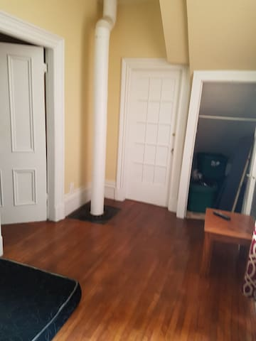 Simple & Cheap Downtown Room - Fredericton - Casa