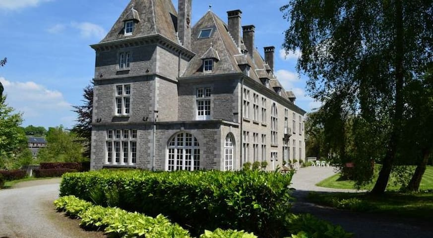 Logement 6 personnes, aile château - Dorinne - ปราสาท