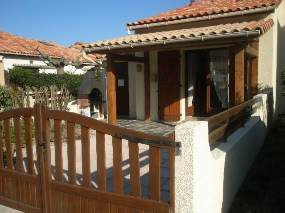 terrasse entièrement sécurisé avec coin grillade