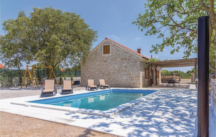 Awesome home in Pakovo Selo with WiFi, Outdoor swimming pool and 2 Bedrooms