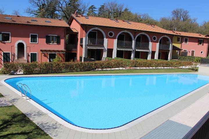 Top location on Garda Lake - pool & garden - Castion di Costermano - Apartemen
