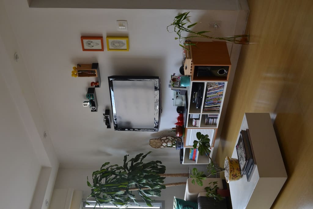 Tv a cabo, com grande variedade de canais e diversos filmes em DVD.