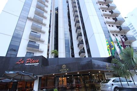 Flat mobiliado com excelente localização - Goiânia - Apartmen