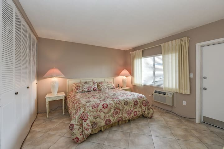 Bedroom w/ King Bed (Nectar Mattress)