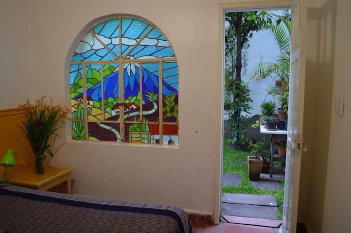 Habitación con vitral en la Casa de los Libros