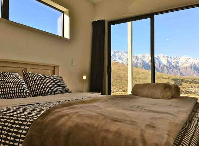 Mountain and lake views (private entrance+ensuite)