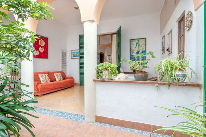 Townhouse near the Beach with Wi-Fi, Air Conditioning and Courtyard