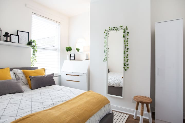 Luxurious Queen-Size Room on trendy Ormeau Road