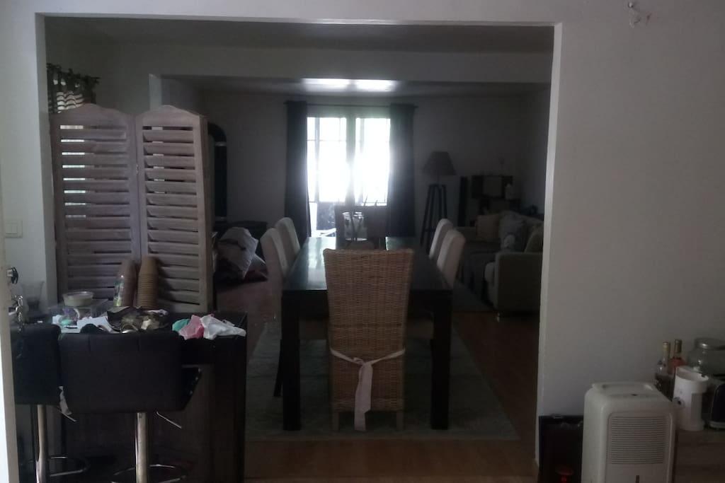 Cuisine, salle à manger et salon avec poêle à bois