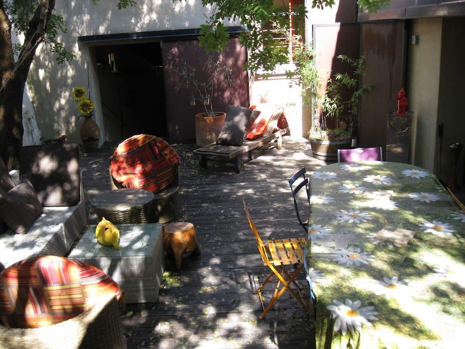 Le patio qui fait le lien entre notre loft et vos chambres