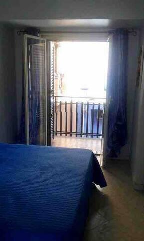 Stanza da letto ( il letto è formato da due lettini uniti che è possibile separare su richiesta)