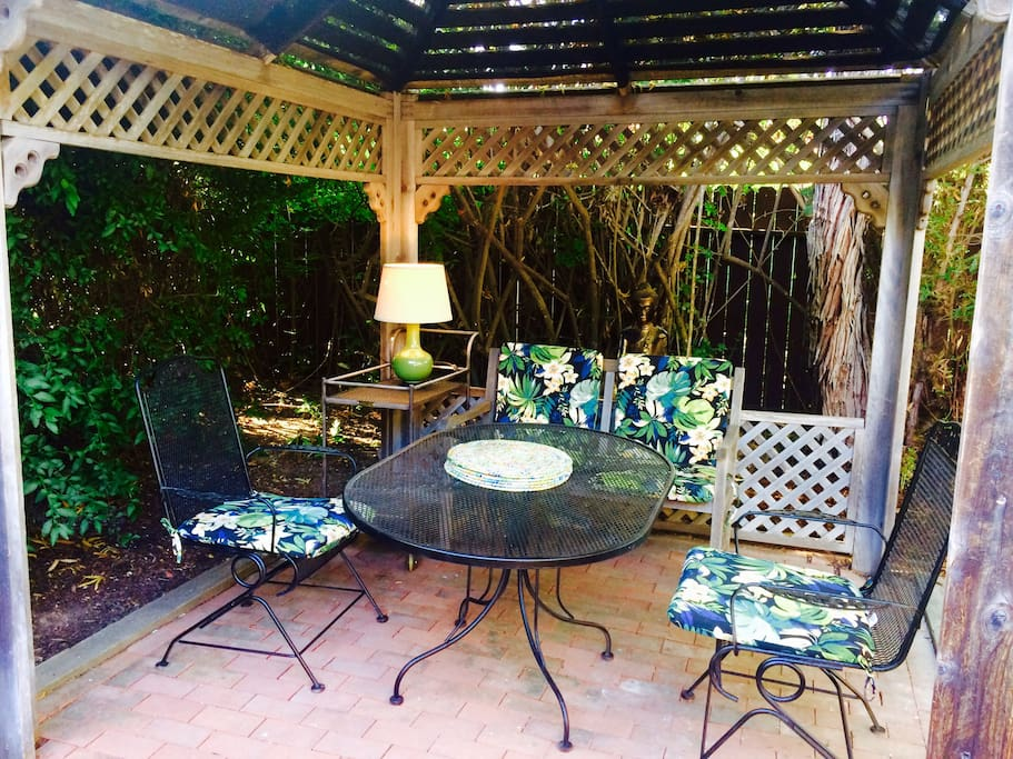 Delightful gazebo set within a private garden a perfect place to relax and unwind. A 25-30 minutes bike ride to Goleta beach/ pier and University of California UCSB. Also 2 Bikes provided. Nearby More Mesa Beach just a 20 mins walk across 350+ acres of protected natural habitat to one of the best local beaches in SB.