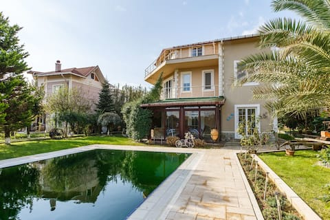 Charming 5 BR Villa with Private Pool and Garden in Gebze