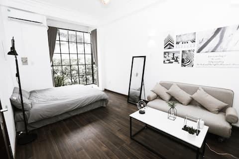 The Eyrie - Cozy studio with Infinity Glass Window
