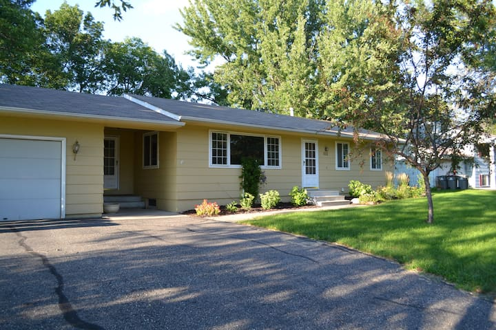 Spacious Comfortable Home near RYDER CUP! - Chanhassen - Casa