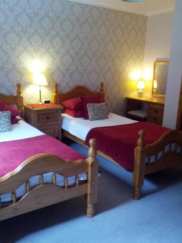 Toads Croak B&B. Twin en-suite. Loch Duich Nr Skye - Letterfearn - Bed & Breakfast