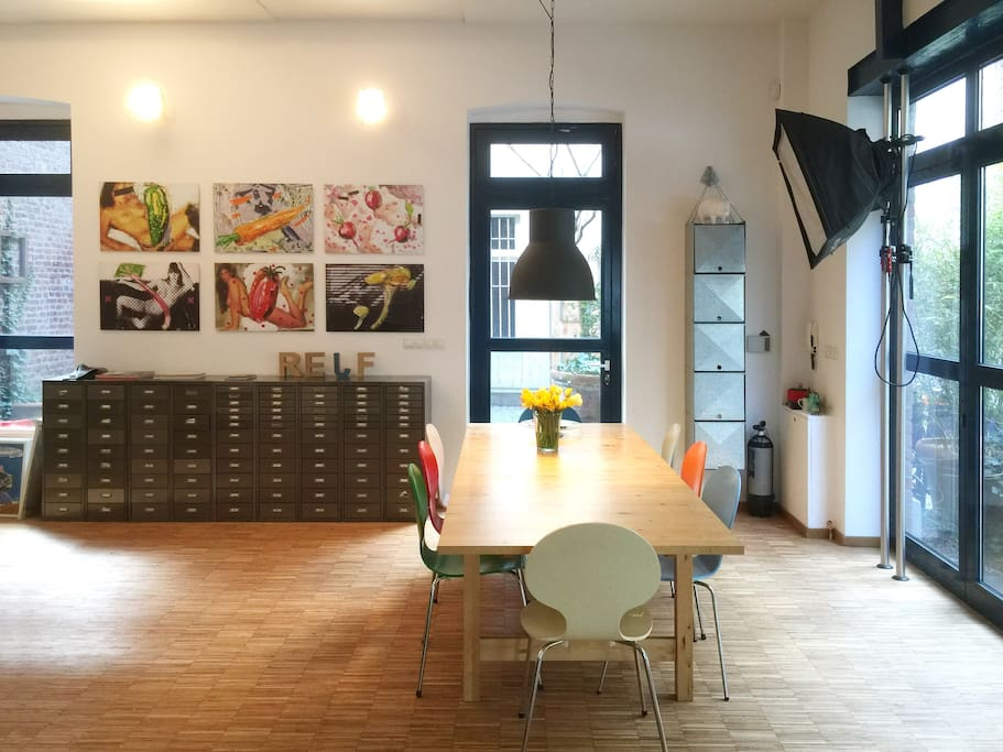Dining room with space for smaller conferences. Großzügiger Essbereich und Raum für Besprechungen.