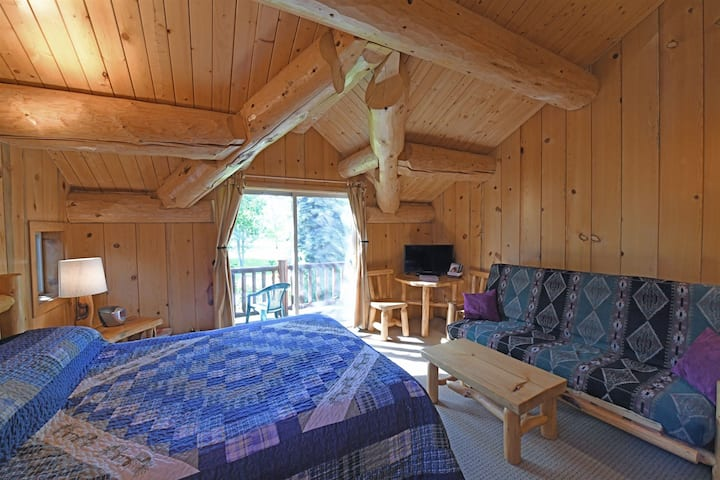 Running Wolf Studio  trail access, pool/hot tub, private balcony