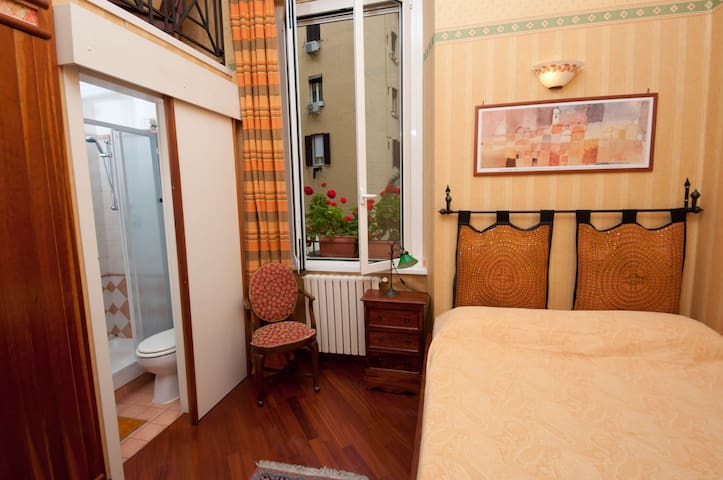 SMALL FLAT Btw Termini & Colosseum! - Roma