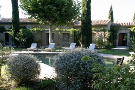 6 bd, terraces, gardens, sundeck - Boulbon