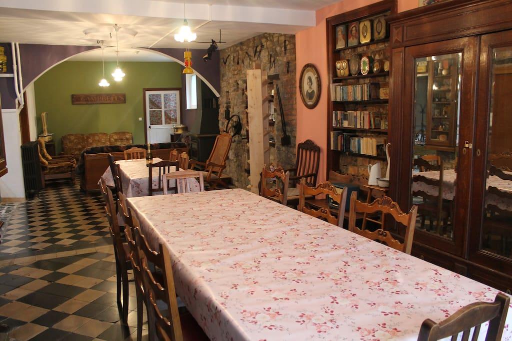 Een ruime eetkamer om je familie of vrienden te ontvangen