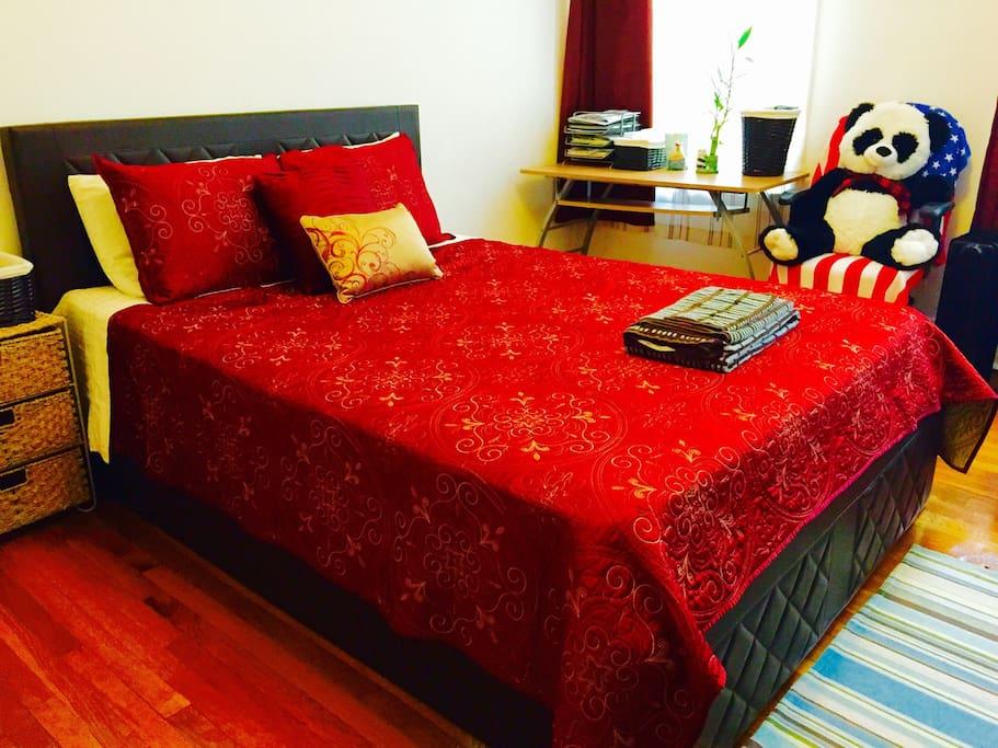 Cozy private room in astoria appartements louer for Aki kitchen cabinets astoria ny