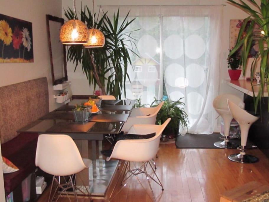 Salle à manger avec table extensible facile à ouvrir.