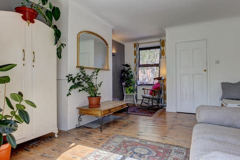 Beautiful sunny 3-bed home in the Silver Triangle